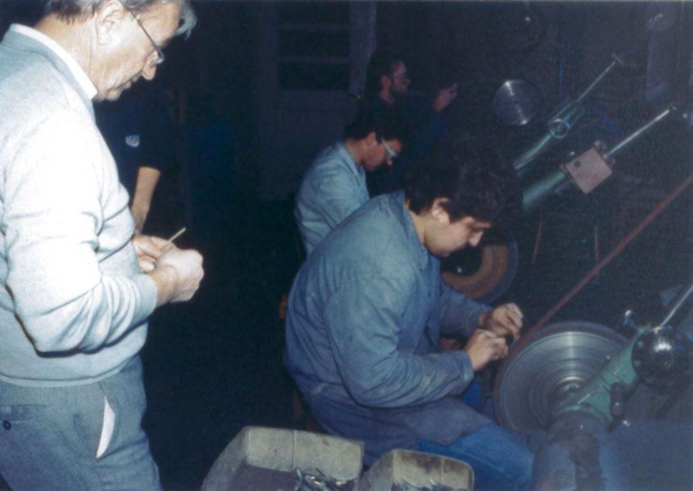 Erwin Zepf, der Firmengründer, im Schleifraum (Anfang der 1980er Jahre)